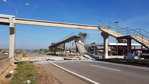 Carreta que transportava escavadeira para Rio Verde destrói passarela na BR-060