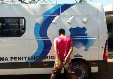 Vídeo mostra homem jogando drogas em presídio de Anápolis, antes de ser preso