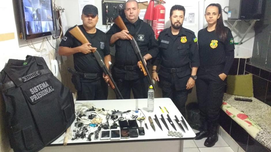 Durante jogo do Brasil, criminosos são presos após arremessarem drogas e celulares em presídios goianos