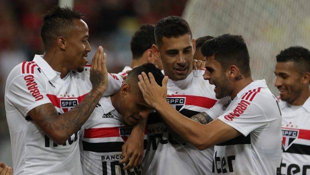 Everton decide contra seu ex-time e São Paulo cola no líder Flamengo