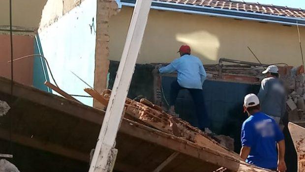 Suposta obra irregular pode causar destruição de casa vizinha na Vila Redenção