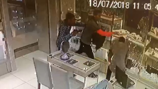 """Assalto a joalheria de shopping em Goiânia: """"Mais de R$ 300 mil levados"""" em 28 segundos"""