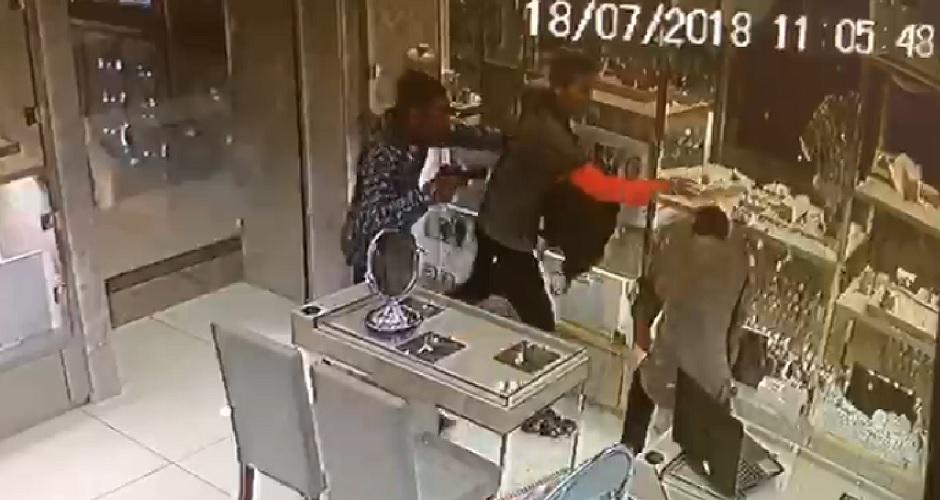"""1b8b99cd966 Assalto a joalheria de shopping em Goiânia  """"Mais de R  300 mil levados"""" em  28 segundos"""