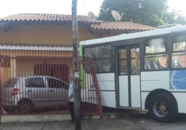 Ponto-final: ônibus vazio e sem freio colide traseira contra residência no Setor João Vaz