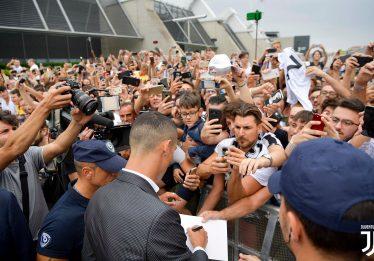 Cristiano Ronaldo faz exames médicos e é recebido por centenas de torcedores