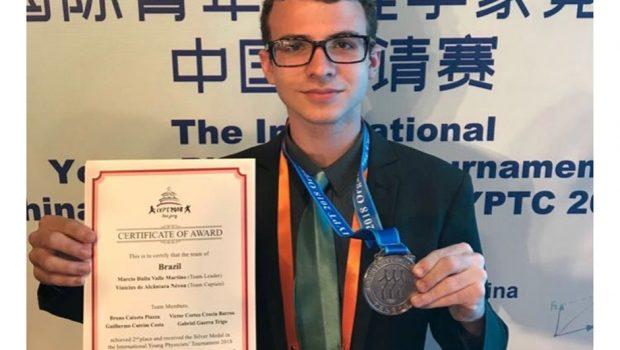 Estudante goiano ganha medalha de prata na Copa do Mundo de Física, em Pequim