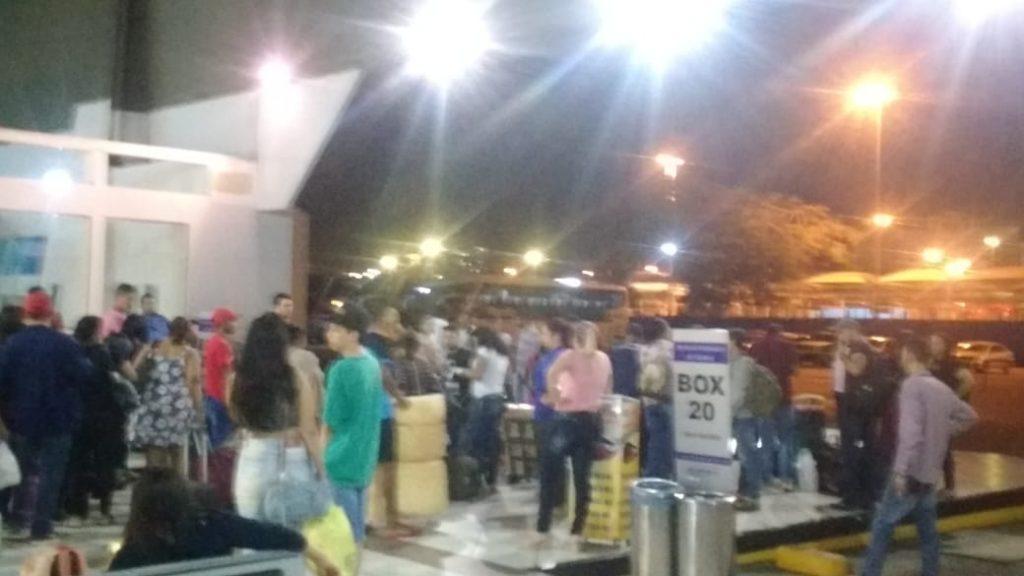Com veículos irregulares, empresas de ônibus direcionam passageiros para embarque fora do terminal