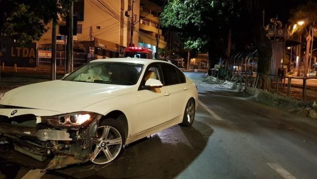 Motorista bêbado tenta drift e colide contra ponto de ônibus na Praça Cívica, em Goiânia