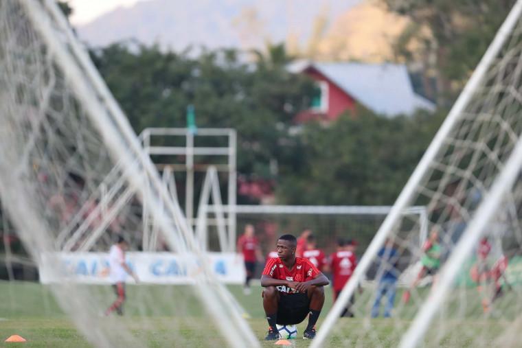 Na volta da Copa, Flamengo vende três e tem pressa para substituir Vinicius Júnior