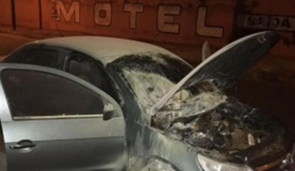 Por engano, homem ateia fogo em carro de mulher na porta de um motel em Itumbiara