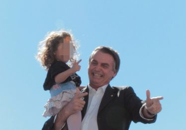 'Chega de frescura', diz Bolsonaro sobre foto de criança que imita arma com a mão