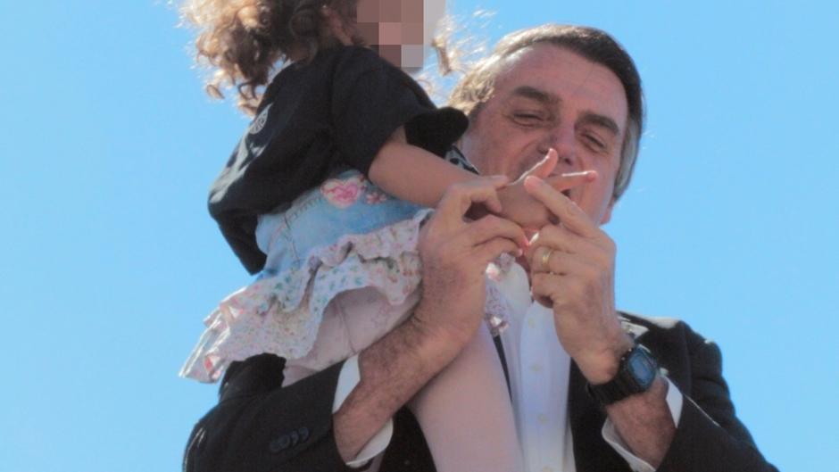 Imagens do Mais Goiás que mostram Bolsonaro ensinando criança a fazer gesto de arma repercutem no País