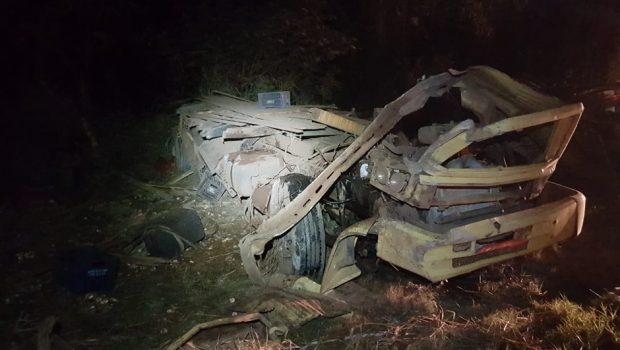 Motorista morre após caminhão sair da pista da BR-070, em Jaraguá