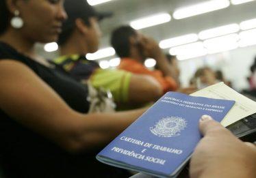 Criação de emprego formal desacelera 24,6% em outubro, revela Caged
