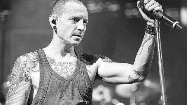 Chester Bennington é homenageado por Linkin Park um ano após sua morte