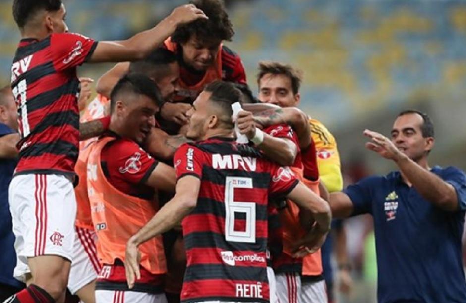 Flamengo vence Botafogo e se garante no topo do Brasileirão