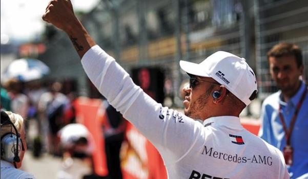 Mercedes renova com Hamilton por duas temporadas