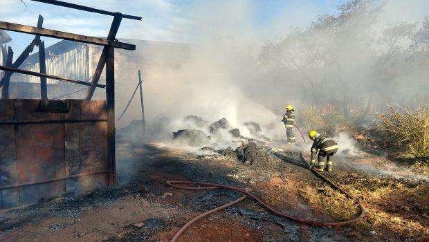 Incêndio consome parte de galpão de materiais recicláveis no Jardim Petrópolis 2