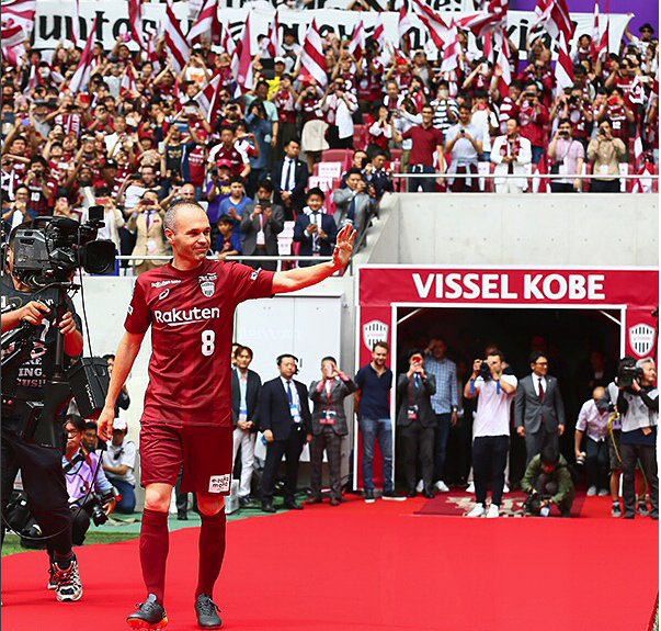 Iniesta é recebido por centenas de torcedores no Japão