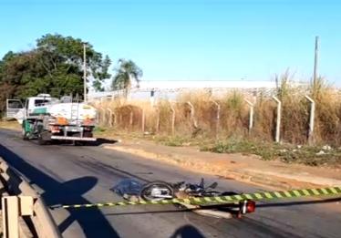 Motociclista morre após colidir contra a lateral de um caminhão tanque na BR-153 em Goiânia