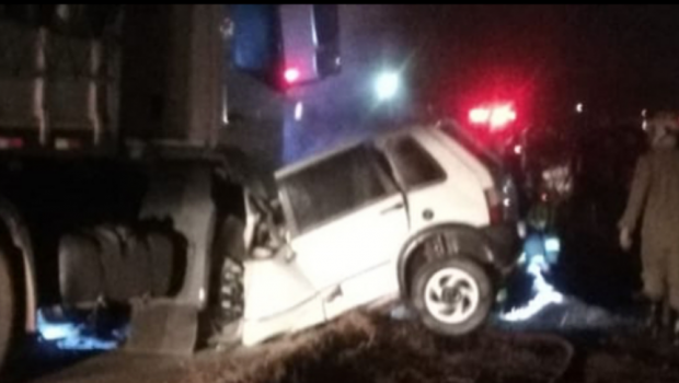 Acidente entre carro e caminhão termina com dois mortos na GO-222, em Inhumas