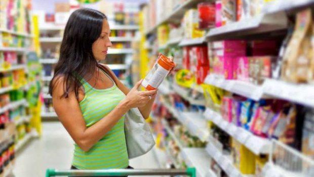 Indústria pressiona e propõe novo alerta em rótulos de alimentos