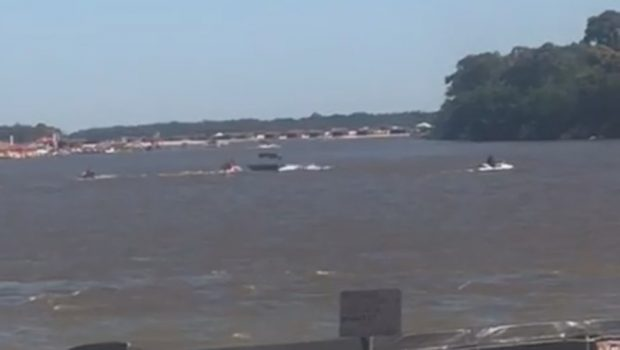 Homem perde controle de embarcação e cai no Rio Araguaia, em Aruanã