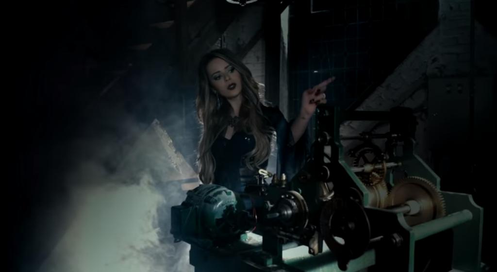 Angra: veja Sandy metaleira no clipe de 'Black Widow's Web'