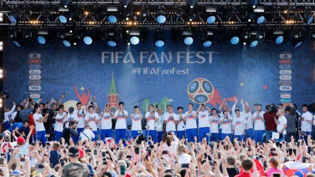Um dia após eliminação, Rússia é recebida por 10 mil torcedores em Moscou