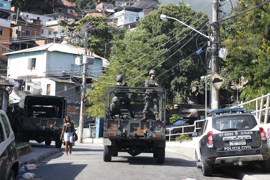 Confrontos no Rio matam 13, incluindo os 2 primeiros militares em ação federal