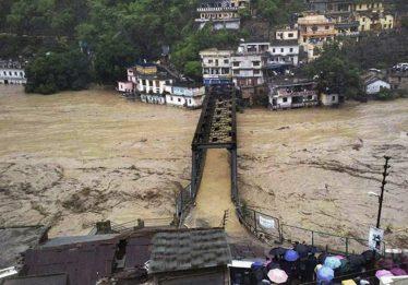 Chuvas de monção matam mais de 350 e forçam 800 mil a deixar casas na Índia
