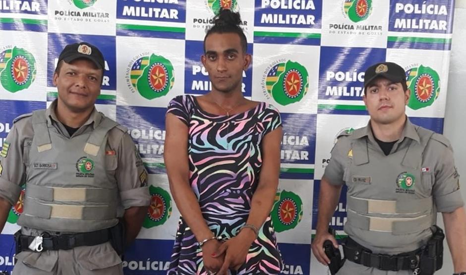 Pani, em 13/06/2018, durante prisão, na Central de Flagrantes de Goiânia, na Cidade Jardim, onde ocorrência envolvendo travesti foi lavrada (Foto: PM-GO)