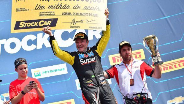 Com parada estratégica no fim, Barrichello vence Corrida do Milhão da Stock Car