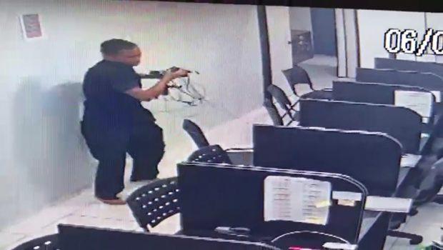 Ladrão é filmado roubando empresa no Setor Central de Goiânia