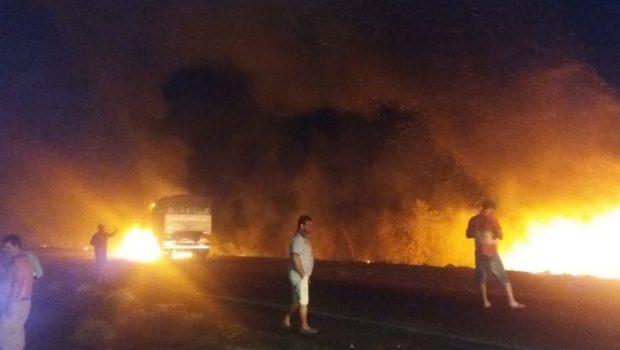 Dois caminhões batem e pegam fogo na BR-060, em Rio Verde