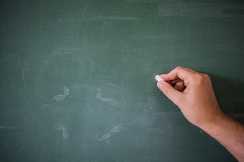 Professores reclamam de salário atrasado, em Anicuns