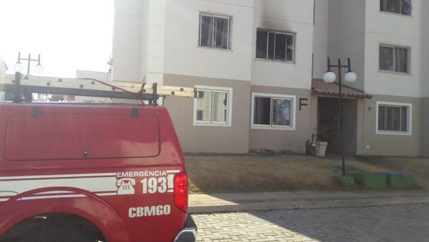 Bombeiros combatem incêndio após homem colocar fogo em apartamento, em Aparecida de Goiânia