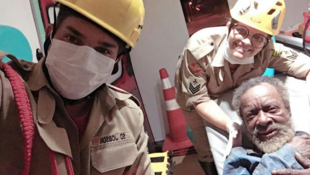 Idoso é socorrido pelo Corpo de Bombeiros após ter casa incendiada, em Anápolis