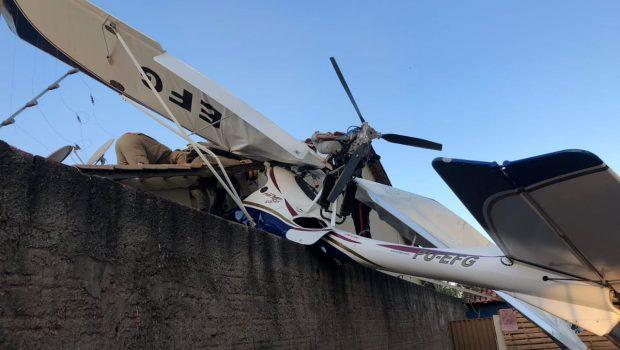Avião de pequeno porte cai sobre casa e deixa três pessoas feridas em Goiânia