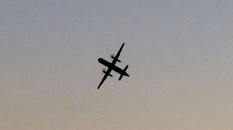 Homem rouba avião nos EUA e cai uma hora depois após ser perseguido por caças
