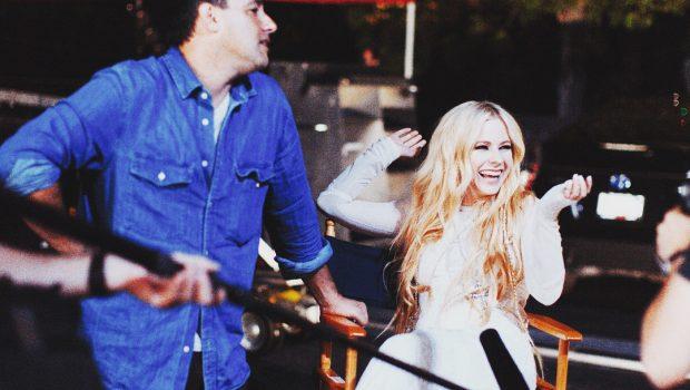 No Instagram, Avril Lavigne conta que terminou filmagens de novo vídeo
