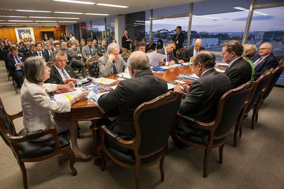 Ministros do STF aprovam reajuste dos próprios salários para 2019