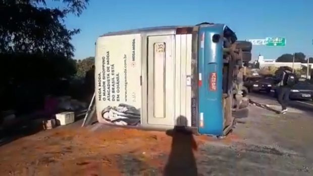 Ônibus com 44 passageiros tomba na GO-080, em Goiânia