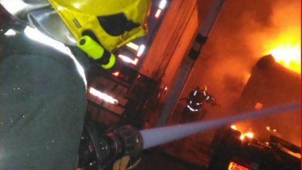 Incêndio atinge caminhão de empresa, em Anápolis