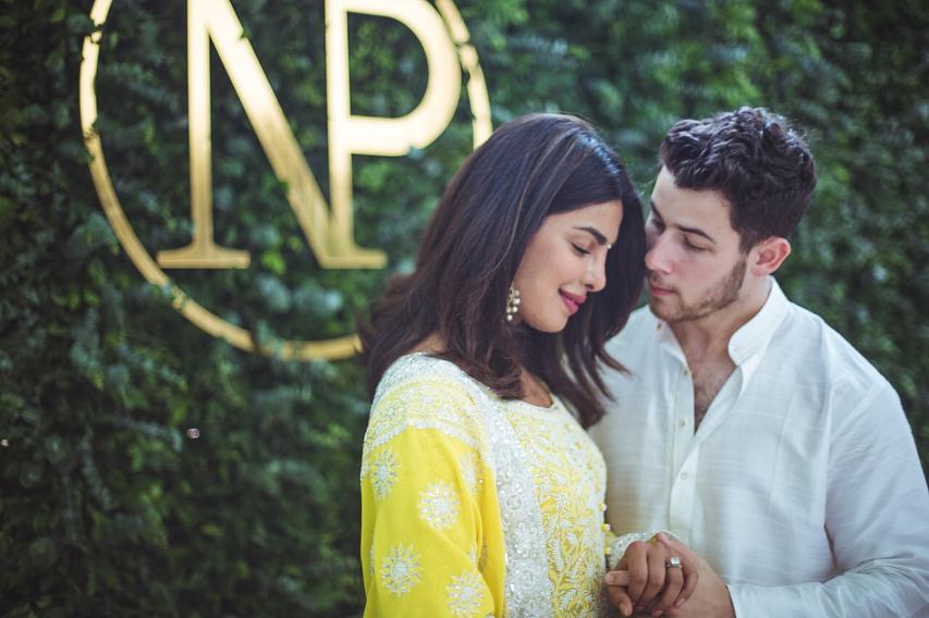 Nick Jonas e Priyanka Chopra fazem cerimônia de noivado em Mumbai