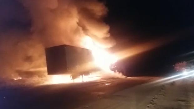 Carreta fica destruída após incêndio na BR-153, no Distrito de Jaranápolis