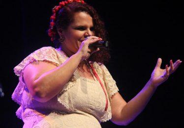 Cantora Rainy Ághata leva MPB para o Mercado da 74 neste sábado (11)