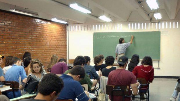 Mínimo pago ao professor no Brasil é um dos piores do mundo
