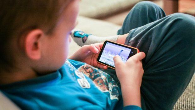 Uso de celulares por crianças causa distúrbios do sono e mau desempenho escolar