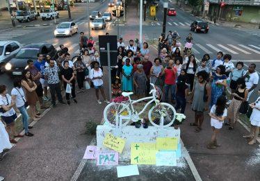 Um ano após morte de ciclista, primeira Ghost Bike é instalada em Goiânia